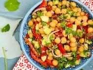 Лесна салата с нахут, червени чушки и краставица